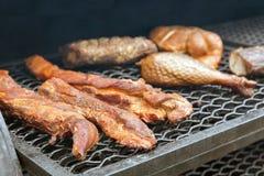 Καπνισμένα Τουρκία και κοτόπουλο υπαίθρια, τρόφιμα οδών Στοκ εικόνες με δικαίωμα ελεύθερης χρήσης