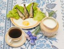 Καπνισμένες ρέγγες με το τηγανισμένο αυγό Στοκ Εικόνα