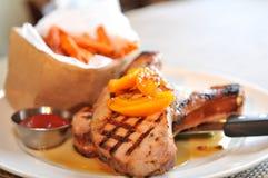 Καπνισμένες ψημένες στη σχάρα μπριζόλες χοιρινού κρέατος Στοκ Εικόνες