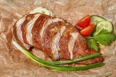 Καπνισμένες meatloaf στηθών κοτόπουλου φέτες με τα λαχανικά Στοκ φωτογραφία με δικαίωμα ελεύθερης χρήσης