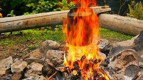 Καπνισμένη κατσαρόλα τουριστών πέρα από την πυρκαγιά στρατόπεδων απόθεμα βίντεο