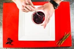 καπνισμένη λωρίδα στηθών παπιών στο άσπρο πιάτο στον κόκκινο μαγειρικό πίνακα Στοκ Εικόνες