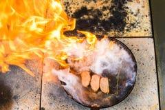 καπνισμένη λωρίδα στηθών παπιών στο μαγειρεύοντας τηγάνι στον κόκκινο μαγειρικό πίνακα Στοκ εικόνες με δικαίωμα ελεύθερης χρήσης