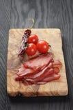 Καπνισμένο ζαμπόν prsut με τις ντομάτες και το τσίλι κερασιών Στοκ εικόνες με δικαίωμα ελεύθερης χρήσης