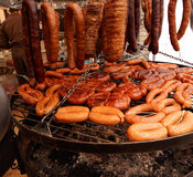 Καπνισμένο κρέας και ψημένα στη σχάρα λουκάνικα Στοκ φωτογραφίες με δικαίωμα ελεύθερης χρήσης