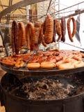 Καπνισμένο κρέας και ψημένα στη σχάρα λουκάνικα Στοκ Εικόνα