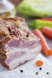 Καπνισμένο κρέας με τα λαχανικά στον καφετή ξύλινο πίνακα Στοκ Φωτογραφία