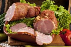 Καπνισμένο κρέας του χοιρινού κρέατος με τις ντομάτες και τη σαλάτα Στοκ Εικόνα
