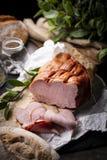 Καπνισμένο κόντρα φιλέτο Ορεκτικό παραδοσιακό ζαμπόν χοιρινού κρέατος Παραδοσιακό, homely καπνισμένο κρέας στοκ φωτογραφία με δικαίωμα ελεύθερης χρήσης