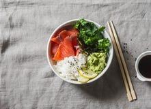 Καπνισμένο κύπελλο σουσιών σολομών στο γκρίζο υπόβαθρο, τοπ άποψη Ρύζι, πουρές αβοκάντο, σολομός - υγιής έννοια τροφίμων Ασιατικό Στοκ φωτογραφίες με δικαίωμα ελεύθερης χρήσης
