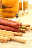καπνισμένο λουκάνικο πρόχειρο φαγητό μπύρας Στοκ εικόνα με δικαίωμα ελεύθερης χρήσης