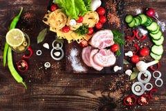 Καπνισμένο μπέϊκον χοιρινού κρέατος με τα λαχανικά και τα χορτάρια Στοκ Εικόνες