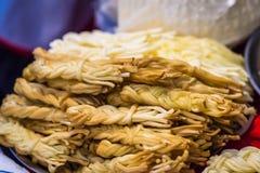Καπνισμένο τυρί στο μετρητή Στοκ Φωτογραφίες
