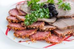 Καπνισμένο χοιρινό κρέας με τις ελιές και τα χορτάρια Στοκ φωτογραφία με δικαίωμα ελεύθερης χρήσης