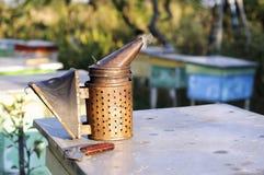 Καπνιστής για τις μέλισσες, εργαλείο μελισσοκόμων Στοκ εικόνα με δικαίωμα ελεύθερης χρήσης
