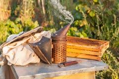Καπνιστής για τις μέλισσες, κηρήθρες, εργαλείο μελισσοκόμων Στοκ Φωτογραφίες