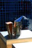 Καπνιστής μελισσών μελιού έτοιμος να πάει Στοκ Εικόνες