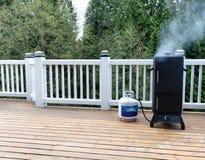 Καπνιστής με το φρέσκο καπνό που βγαίνει από BBQ την κουζίνα στην υπαίθρια γέφυρα στοκ εικόνα με δικαίωμα ελεύθερης χρήσης