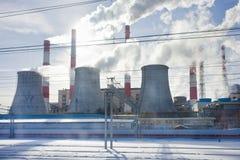 Καπνοί καπνοδόχων άσχημα πέρα από την πόλη Στοκ Εικόνες
