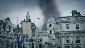 Καπνοί που αυξάνονται πέρα από τον ορίζοντα του Λονδίνου απόθεμα βίντεο