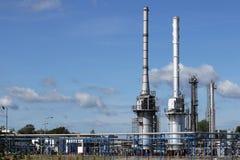 Καπνοδόχοι εργοστασίων πετροχημικών εγκαταστάσεων καθαρισμού και βιομηχανία σωληνώσεων στοκ εικόνα με δικαίωμα ελεύθερης χρήσης