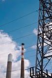 Καπνοδόχοι σε εγκαταστάσεις παραγωγής ενέργειας Στοκ εικόνα με δικαίωμα ελεύθερης χρήσης