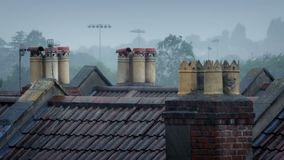 Καπνοδόχοι στις στέγες στη βροχή απόθεμα βίντεο
