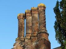 Καπνοδόχοι Tudor στο σπίτι φέουδων Chenies, Buckinghamshire, UK στοκ φωτογραφία