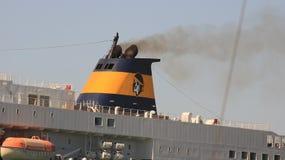 Καπνοδόχος ενός μεγάλου σκάφους στο λιμάνι Ο μαύρος καπνός προέρχεται από στοκ φωτογραφία