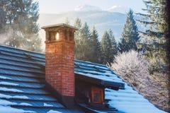 Καπνοδόχος εξοχικών σπιτιών βουνών το χειμώνα Στοκ φωτογραφίες με δικαίωμα ελεύθερης χρήσης