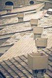 Καπνοδόχος στις στέγες με τα κεραμίδια Στοκ φωτογραφίες με δικαίωμα ελεύθερης χρήσης