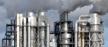 Καπνοδόχοι εργοστασίων που παράγουν τη ρύπανση Στοκ Εικόνες