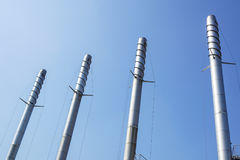 Καπνοδόχοι μετάλλων με τη antivortic σπείρα και το μπλε ουρανό στο υπόβαθρο Στοκ εικόνες με δικαίωμα ελεύθερης χρήσης