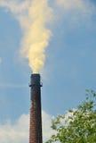 Καπνοδόχος, ένα σύννεφο καπνού στον ουρανό Στοκ Φωτογραφία
