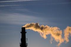 Καπνοδόχος εργοστασίων στο ηλιοβασίλεμα Στοκ Φωτογραφίες