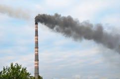 Καπνοδόχος που μολύνει το περιβάλλον Στοκ Φωτογραφίες