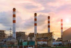 Καπνοδόχος στις θερμικές ηλεκτρικές εγκαταστάσεις βιομηχανίας γεννητριών Στοκ Φωτογραφία