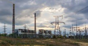 Καπνοδόχος στις θερμικές ηλεκτρικές εγκαταστάσεις βιομηχανίας γεννητριών, ηλιοβασίλεμα Στοκ Εικόνες
