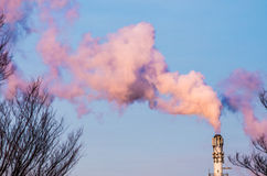 Καπνοδόχος στο πρόωρο λυκόφως Στοκ φωτογραφίες με δικαίωμα ελεύθερης χρήσης