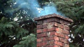 Καπνοδόχος τούβλου που ξεφυσά έξω τον καπνό