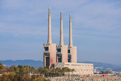 Καπνοδόχος τρία των παλαιών εγκαταστάσεων θερμικής παραγωγής ενέργειας, Βαρκελώνη Στοκ φωτογραφίες με δικαίωμα ελεύθερης χρήσης