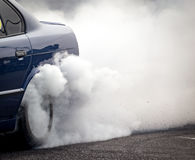 Καπνός από κάτω από τις ρόδες του αυτοκινήτου Στοκ φωτογραφία με δικαίωμα ελεύθερης χρήσης