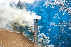Καπνός από την καπνοδόχο στη στέγη Στοκ φωτογραφία με δικαίωμα ελεύθερης χρήσης
