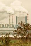 Καπνός από την καπνοδόχο των εγκαταστάσεων παραγωγής ενέργειας ή του σταθμού Βιομηχανία Στοκ εικόνες με δικαίωμα ελεύθερης χρήσης