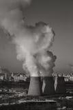 Καπνός από την καπνοδόχο των εγκαταστάσεων παραγωγής ενέργειας ή του σταθμού βιομηχανικό τοπίο Στοκ Φωτογραφία