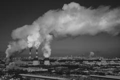Καπνός από την καπνοδόχο των εγκαταστάσεων παραγωγής ενέργειας ή του σταθμού βιομηχανικό τοπίο Στοκ εικόνες με δικαίωμα ελεύθερης χρήσης