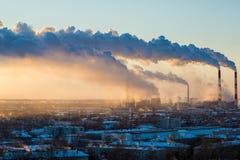 Καπνός από τις ανόδους εγκαταστάσεων θερμικής παραγωγής ενέργειας επάνω από την πόλη Στοκ Εικόνα