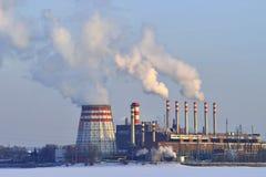Καπνός από τις εγκαταστάσεις θερμικής παραγωγής ενέργειας το χειμώνα Στοκ Εικόνα