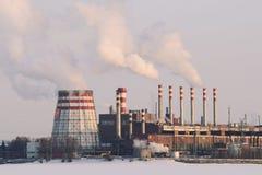 Καπνός από τις εγκαταστάσεις θερμικής παραγωγής ενέργειας το χειμώνα Στοκ φωτογραφία με δικαίωμα ελεύθερης χρήσης