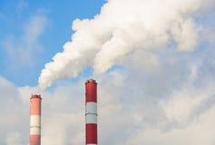 Καπνός από τους σωλήνες του σταθμού θερμότητας Στοκ Εικόνες